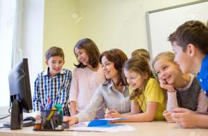 35173892-educaci-n-escuela-primaria-el-aprendizaje-la-tecnolog-a-y-el-concepto-de-la-gente-grupo-de-ni-os-de--Foto-de-archivo