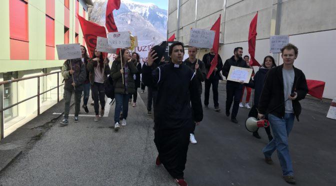 Tagli alle borse di studio: gli studenti bellinzonesi celebrano il funerale del diritto allo studio!